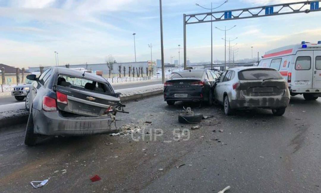 В Перми шесть автомобилей столкнулись у Красавинского моста